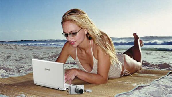 Image of a netbook at the beach